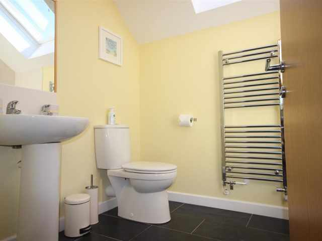 Ensuite bathroom continued