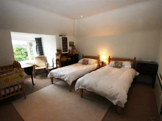 Comfortably furnished twin bedroom